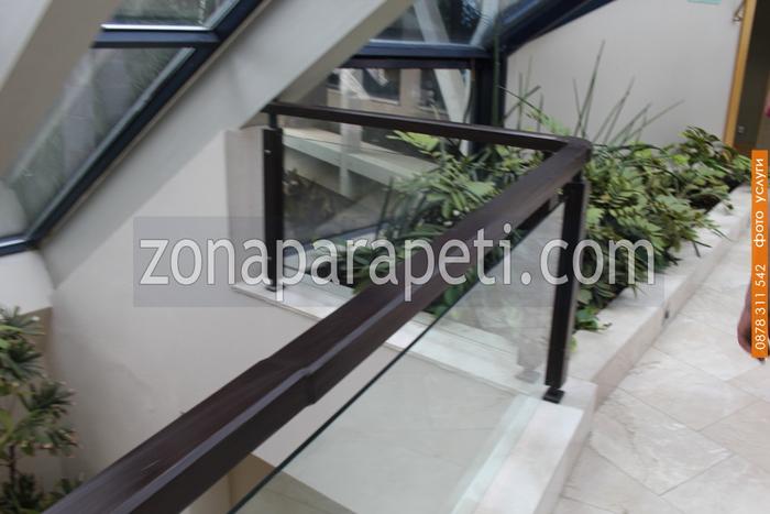 парапет от стъкло и дървена рамка