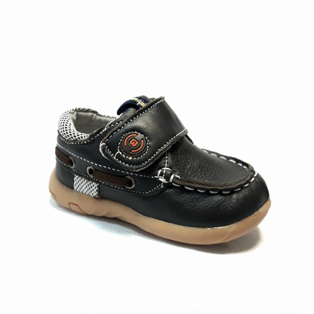 Кафяви бебешки кожени обувки.