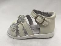 Бели бебешки сандали от естествена кожа.