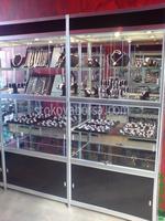 изграждане на стелажи и витрини за бижутерски магазин
