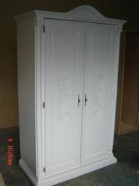 Бял гардероб от масив