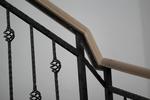 поръчков парапет за стълбище от дърво и ковано желязо