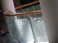 Стъклен парапет в комбинация с дърво
