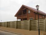 дървени огради от чам боядисани с цветен лак