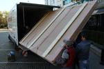 преместване чрез качване и сваляне на товари с камион